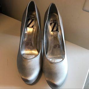 Type z heel size 7 silver pump